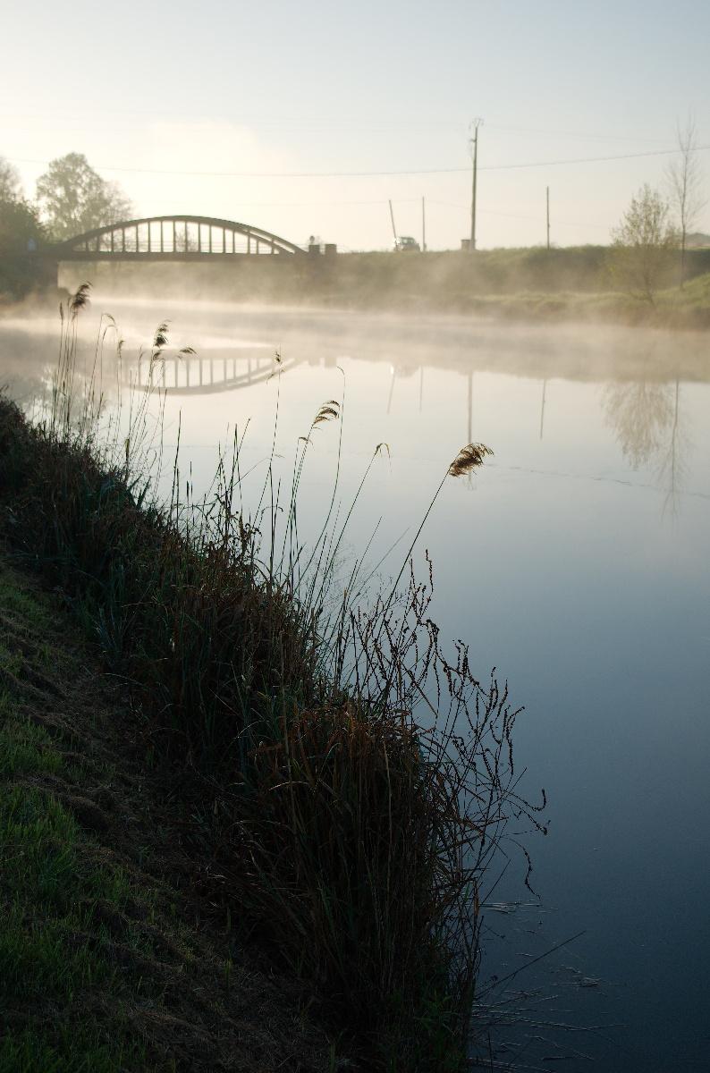 Brumes dorées le matin sur le canal