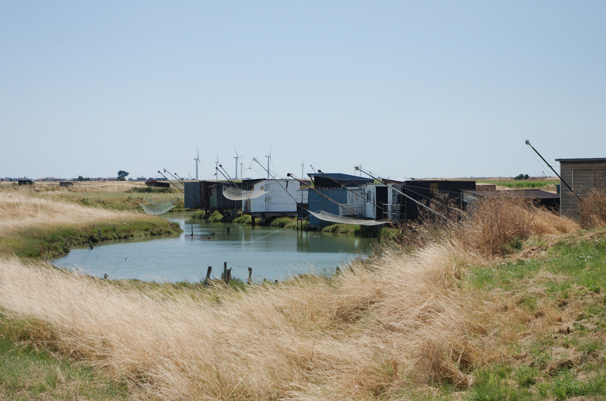 Cabanes de pêche au carrelet derrière le polder