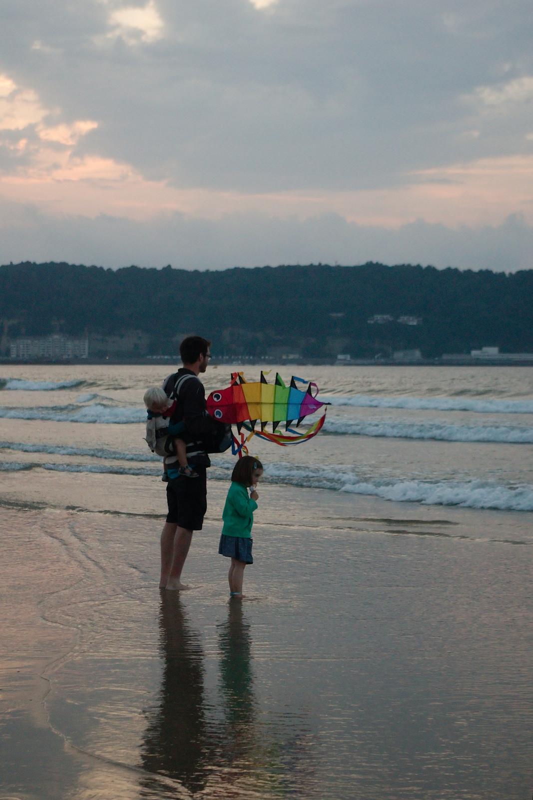 Glaces et cerf-volant sur la plage d'Hendaye au coucher du soleil