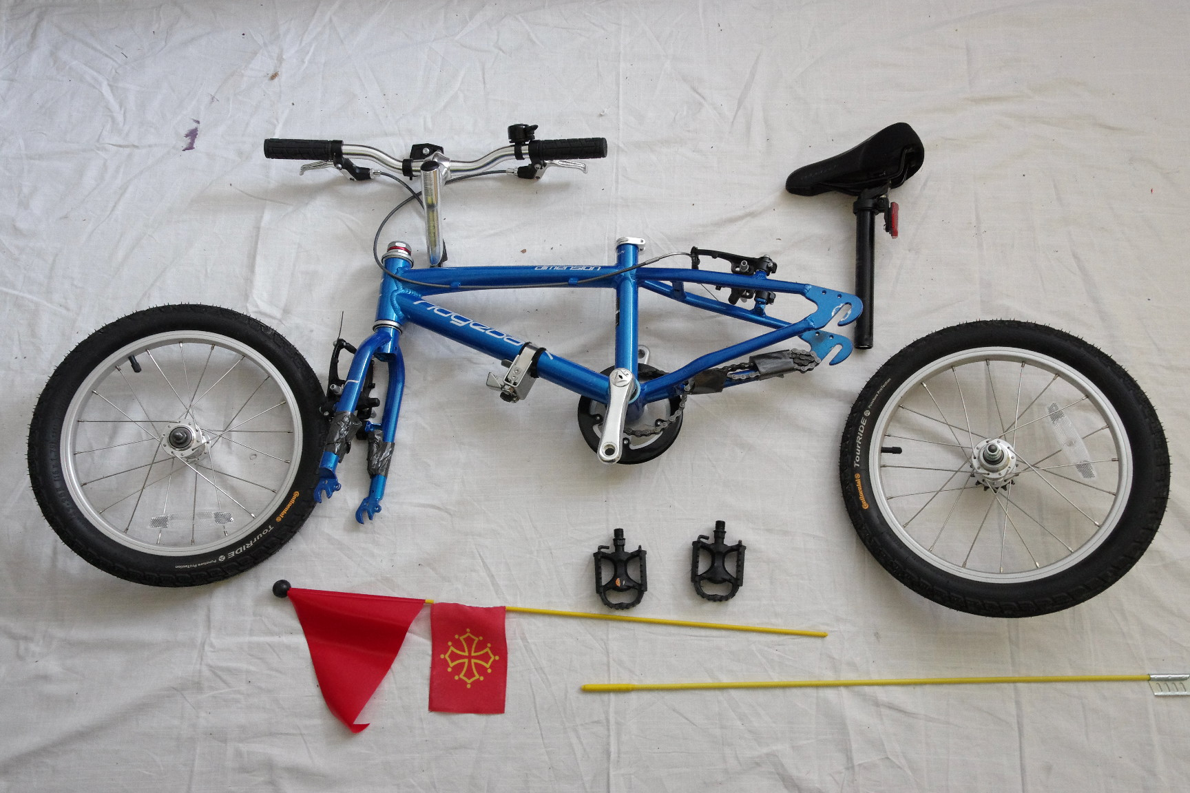 Le vélo de Cassandre prêt à être glissé dans un sac