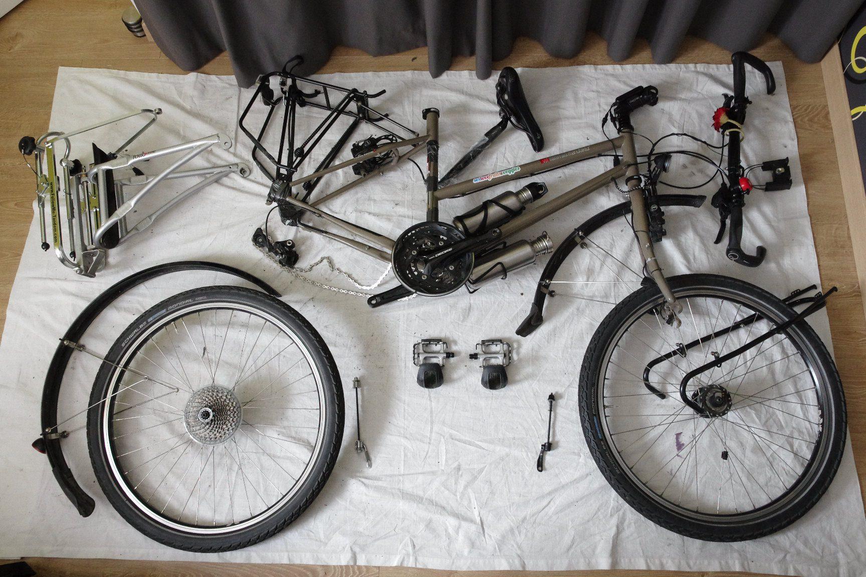 Le vélo de Marie démonté prêt à être mis en carton