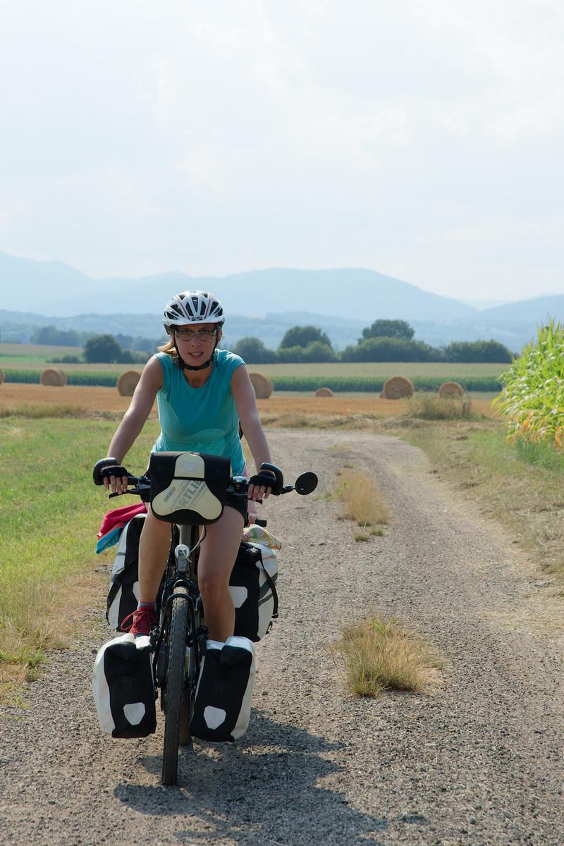 À travers maïs après une longue journée de vélo
